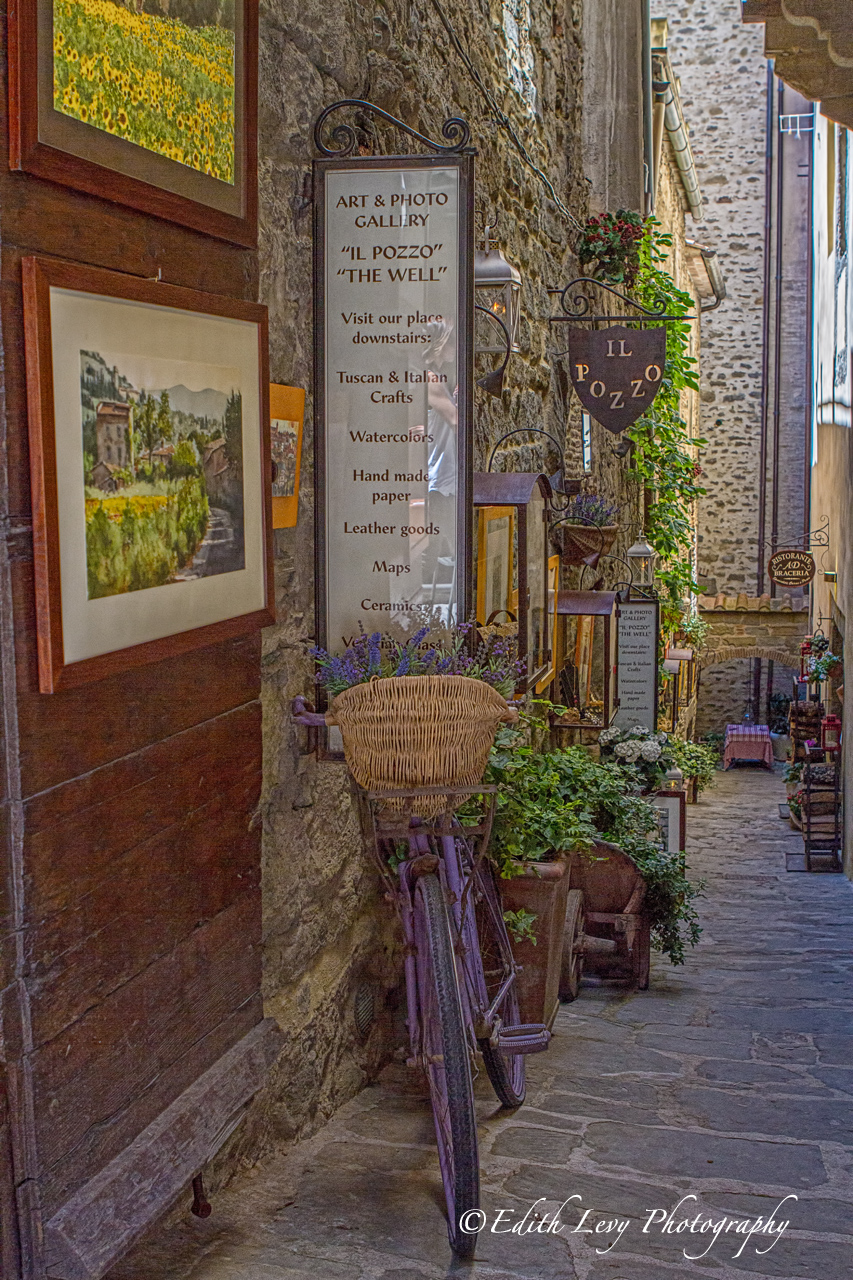 A bicycle outside of the Il Pozzo gallery in Cortona, Italy